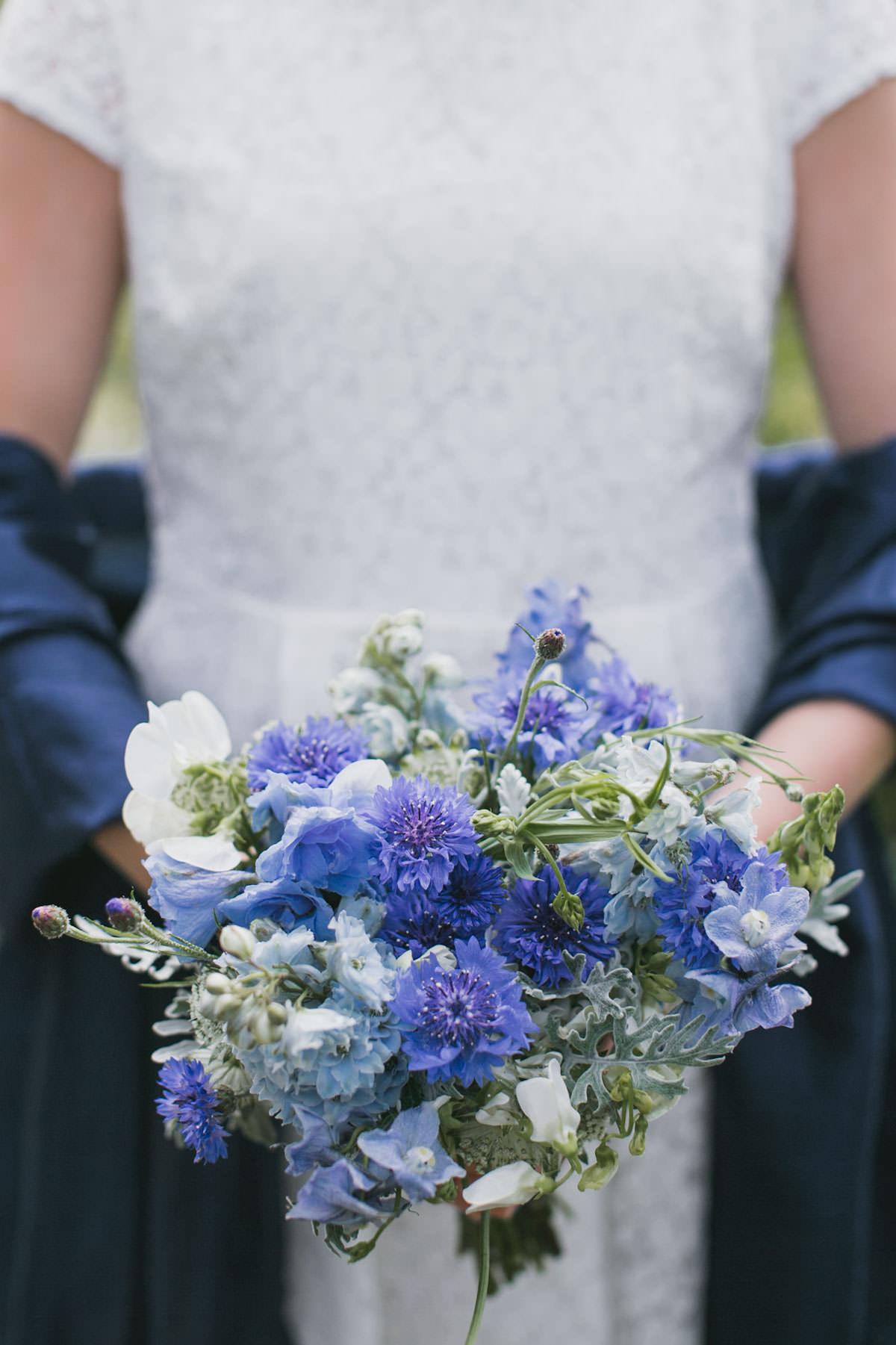 Brudbukett från florist Blomstrande Design i Malmö. Bilderna är tagna av bröllopsfotograf Tove Lundquist, Malmö.