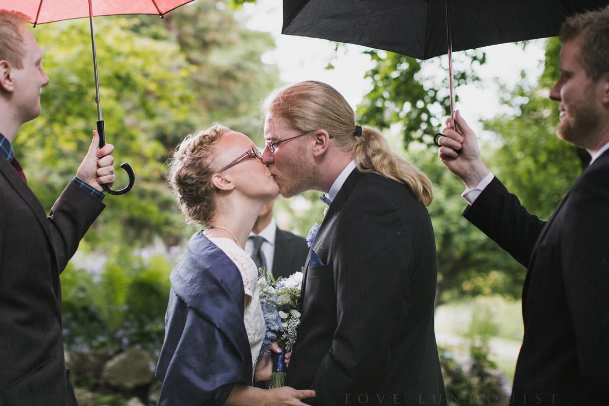 Kyssen efter vigsel i Botaniska Trädgården, Lund. Bilderna är tagna av Tove Lundquist, bröllopsfotograf Lund.