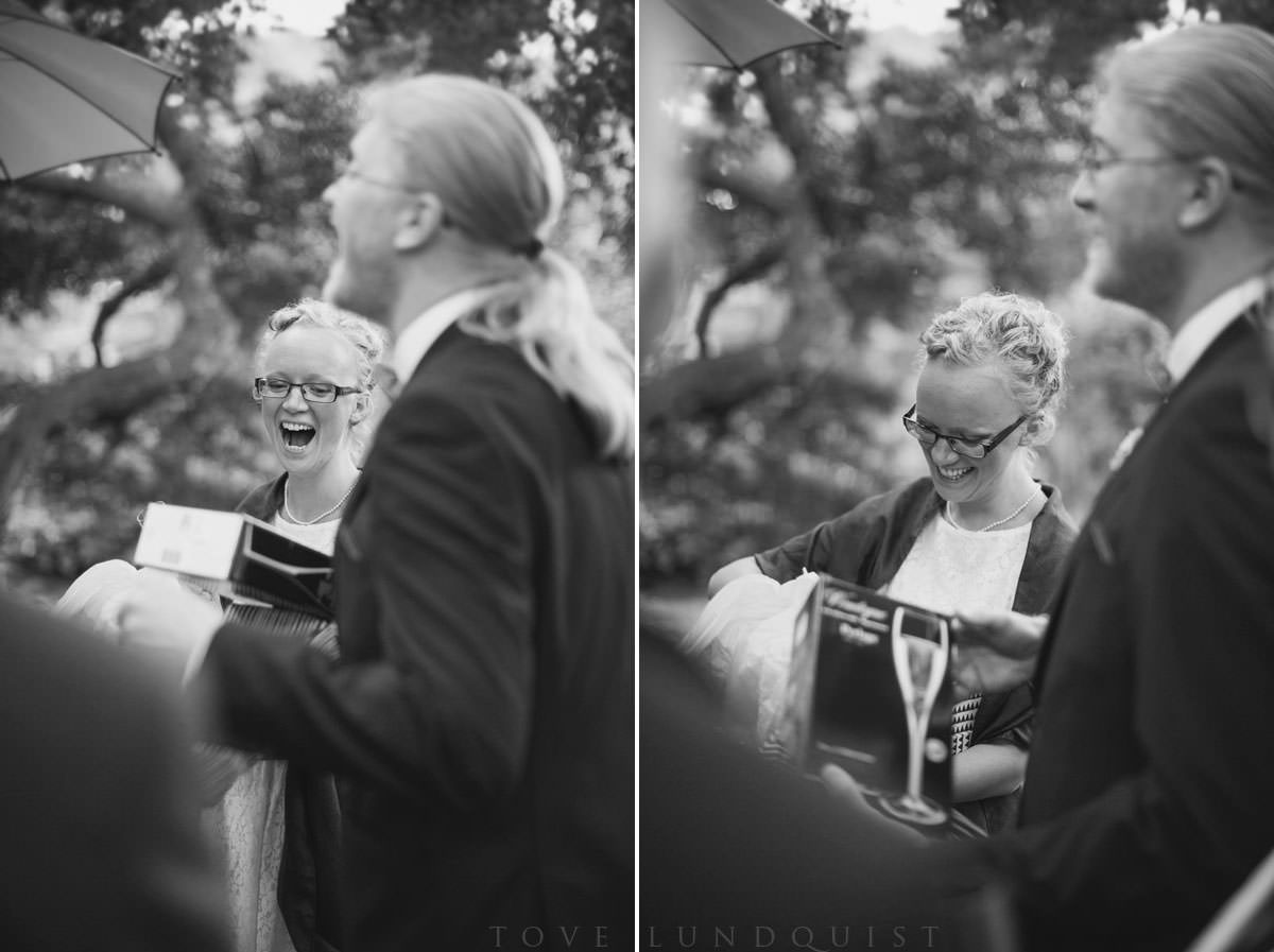 Svartvit diptyk på brudparet som öppnar presenter. Vigseln skedde i Botaniska Trädgården, Lund. Foto: Tove Lundquist, bröllopsfotograf Lund.