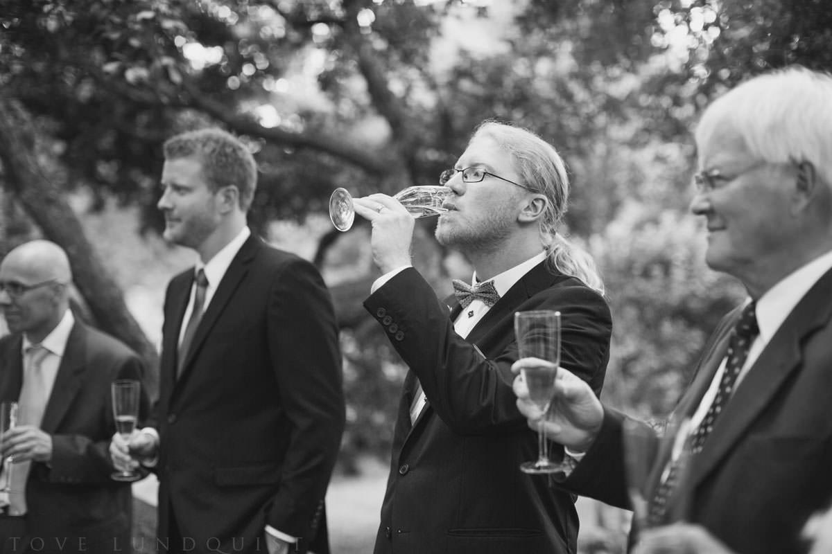Brudskål i svartvitt: brudgummen. Platsen är Botaniska Trädgården, Lund. Foto: Tove Lundquist, bröllopsfotograf Lund.