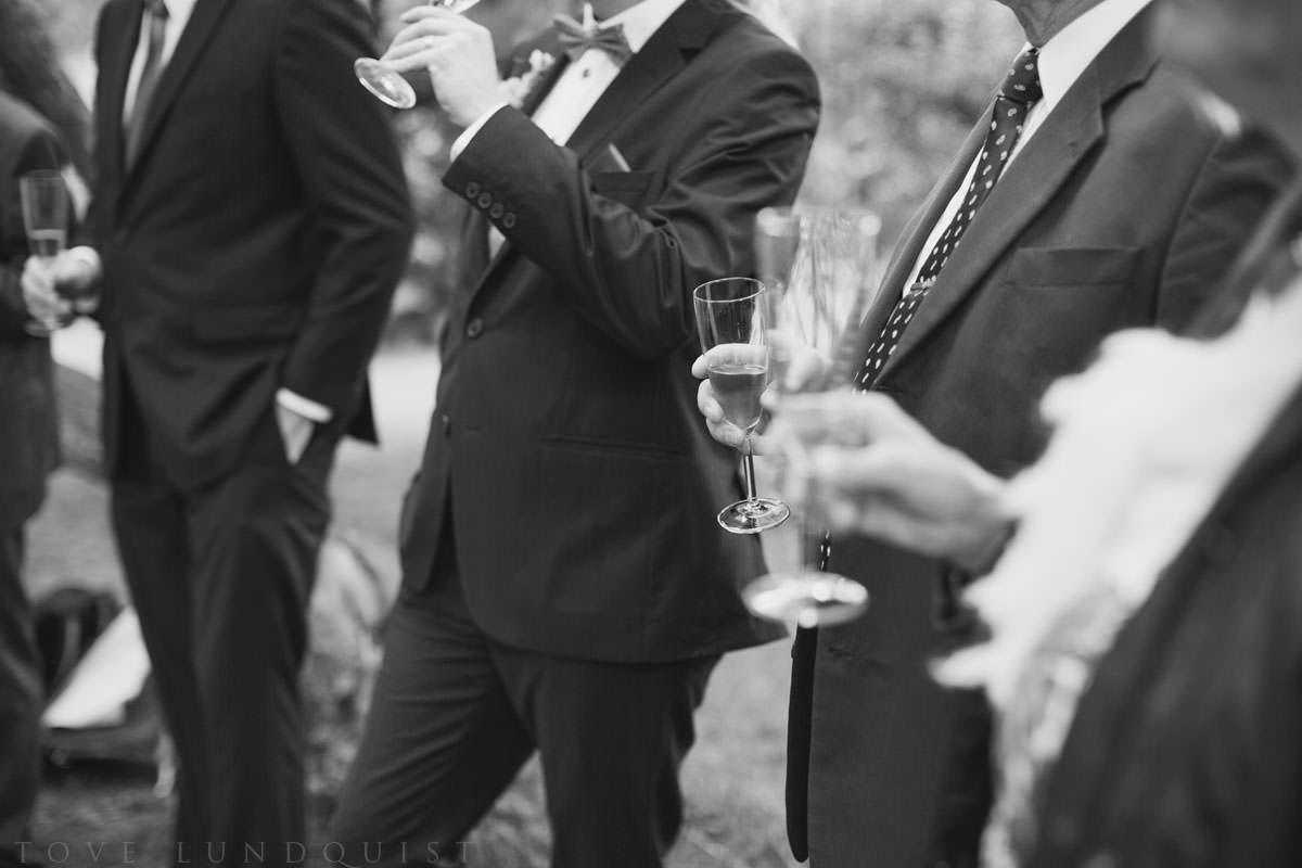 Brudskål i svartvitt: flera män. Plats Botaniska Trädgården, Lund. Foto: Tove Lundquist, bröllopsfotograf Lund.