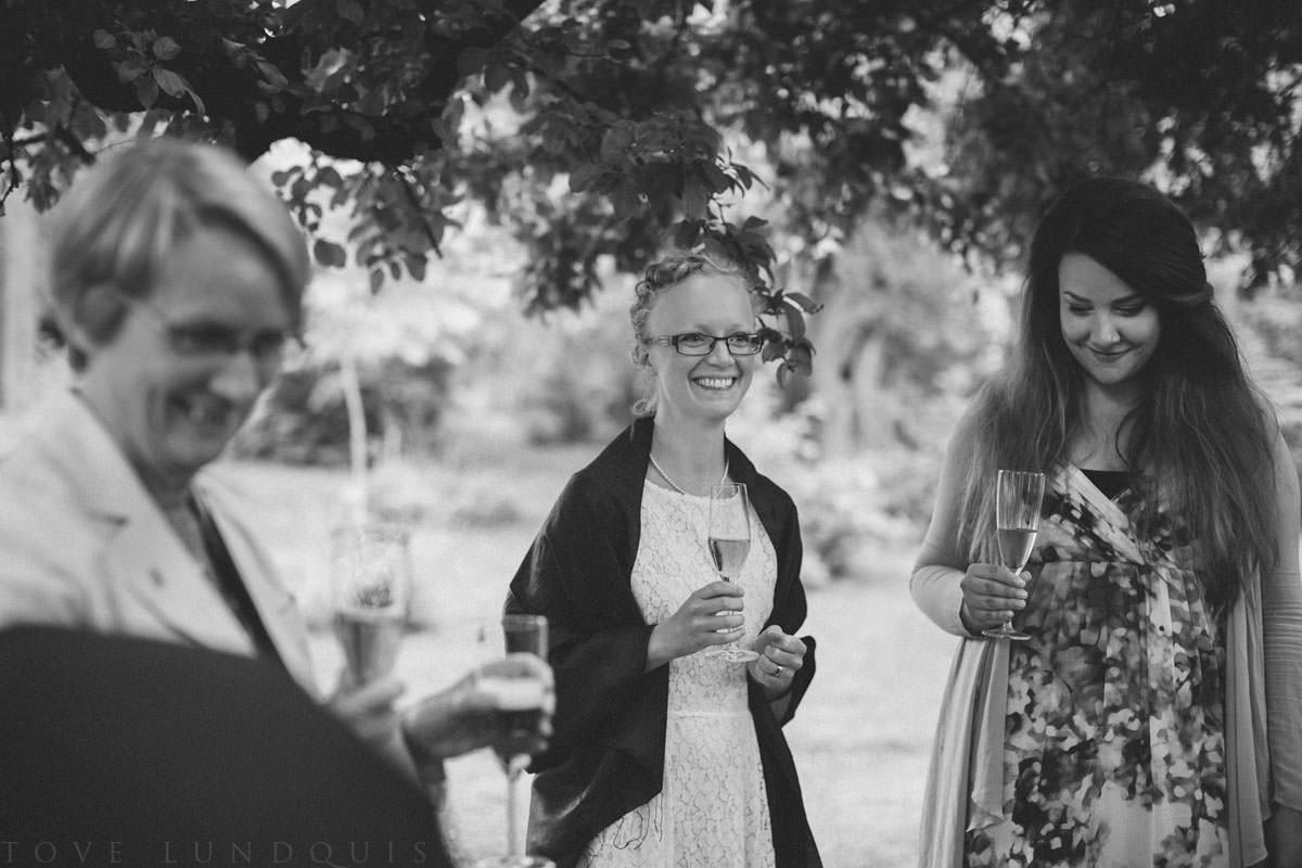 Brudskål i svartvitt. Vigsel i Botaniska Trädgården, Lund. Bröllopsfotograf Tove Lundquist förevigar ceremonin.