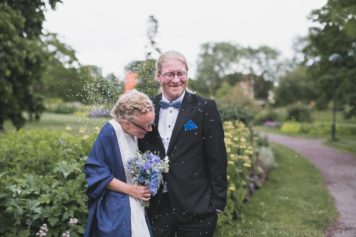 Riskastning efter vigsel i Botaniska Trädgården, Lund. Bröllopsfotograf är Tove Lundquist.