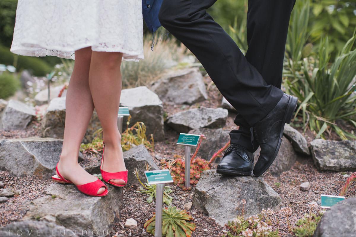 Kul bild på ett brudpars skor. Vigseln skedde i Botaniska Trädgården, Lund. Foto: Tove Lundquist, bröllopsfotograf Skåne.