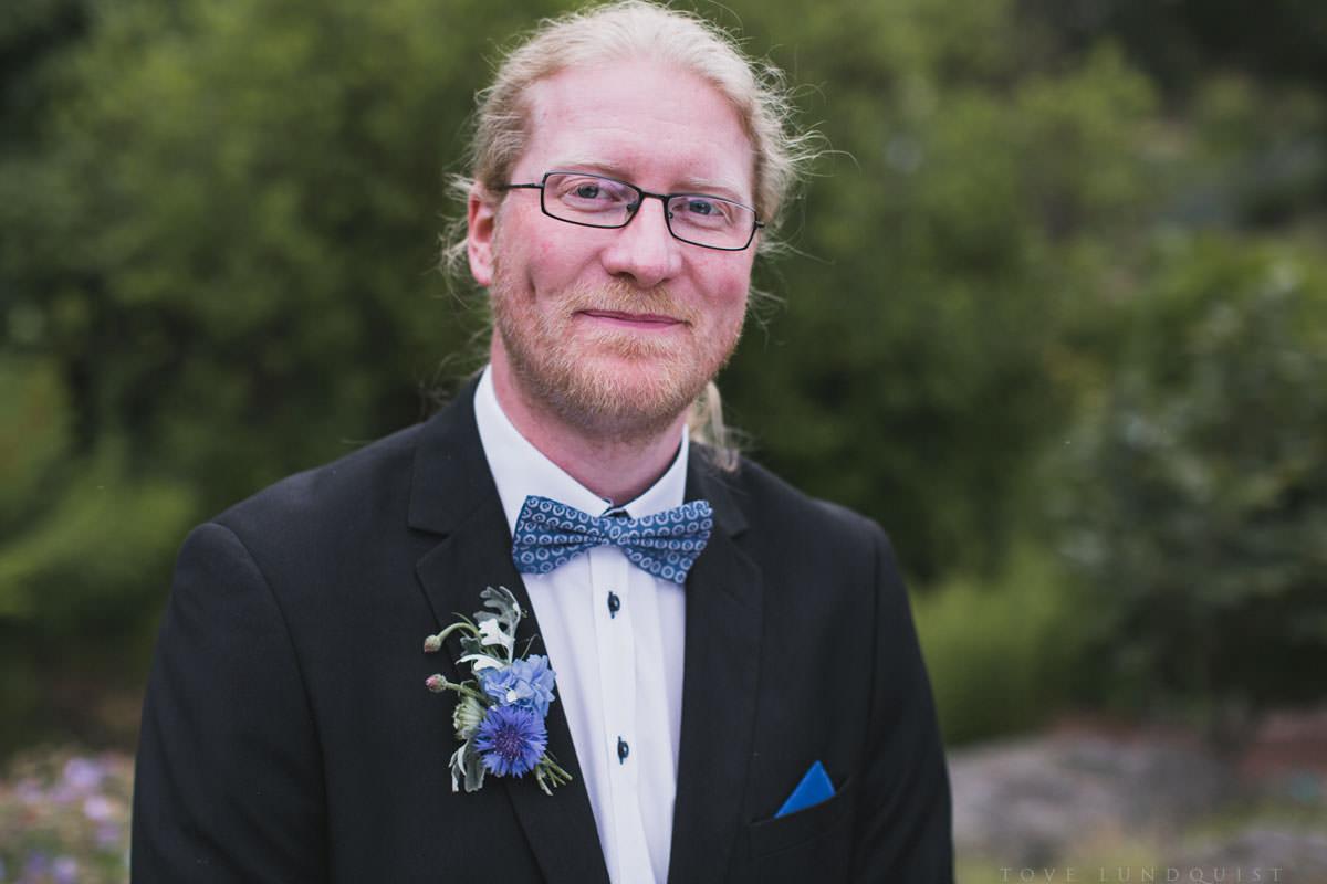 Porträtt på brudgum vid borgerlig vigsel i Botaniska Trädgården, Lund. Foto: bröllopsfotograf Tove Lundquist, verksam bröllopsfotograf Skåne.