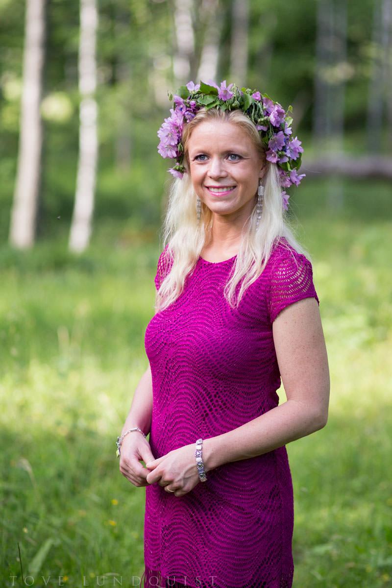 Enskilt porträtt i färg på kvinna i Hycklinge hage, Oskarshamn som ligger i Småland. Foto: Tove Lundquist, bröllopsfotograf och porträttfotograf.
