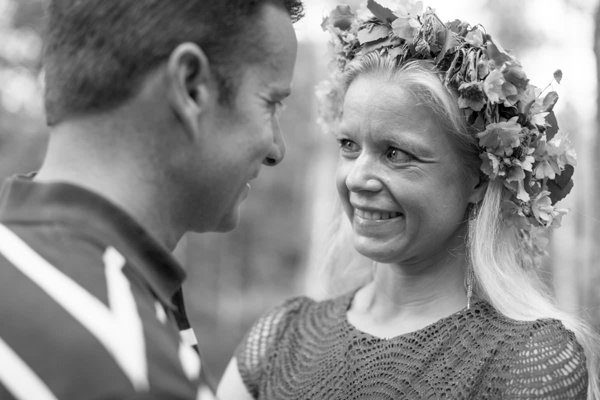 Svartvitt foto på kärleksfullt par under en beloved porträttfotografering i Hycklinge Hage. Foto: Tove Lundquist, bröllopsfotograf och porträttfotograf i Oskarshamn, Småland.