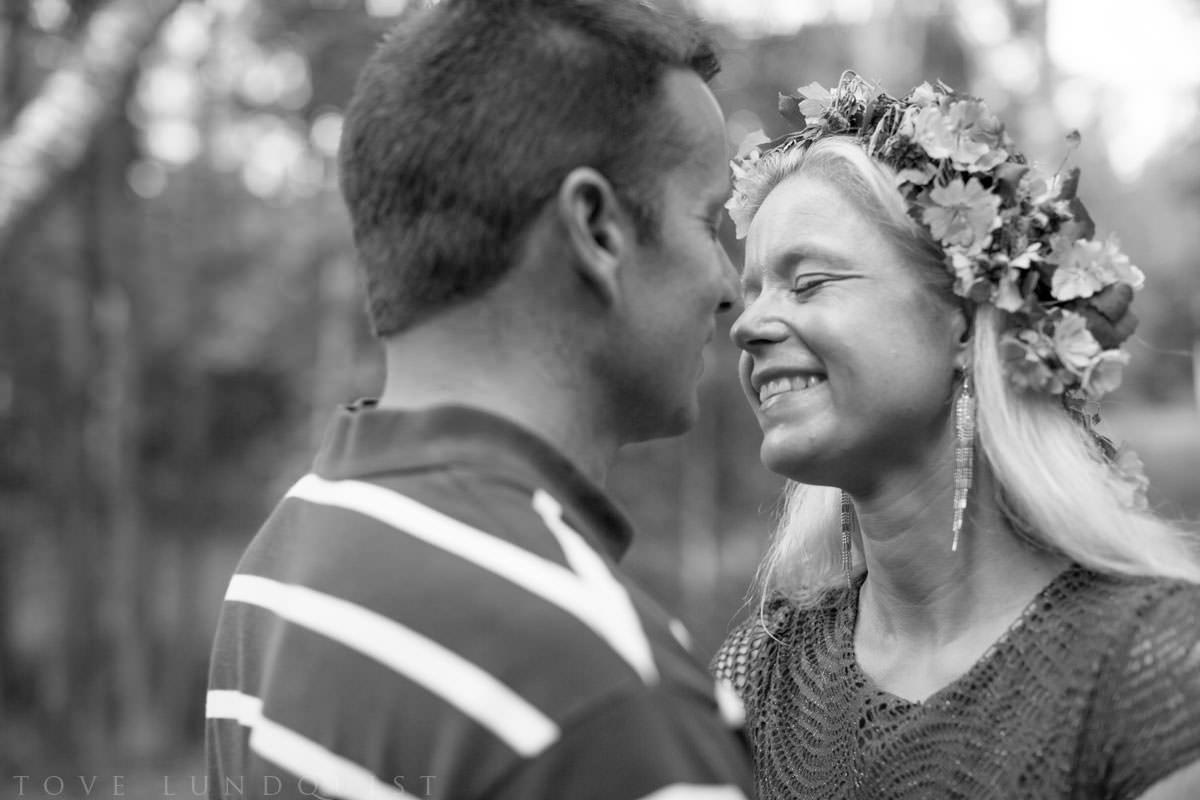 Svartvitt foto på par som är nära att kyssas under en porträttfotografering i Hycklinge Hage. Foto: Tove Lundquist, bröllopsfotograf Oskarshamn, Småland.