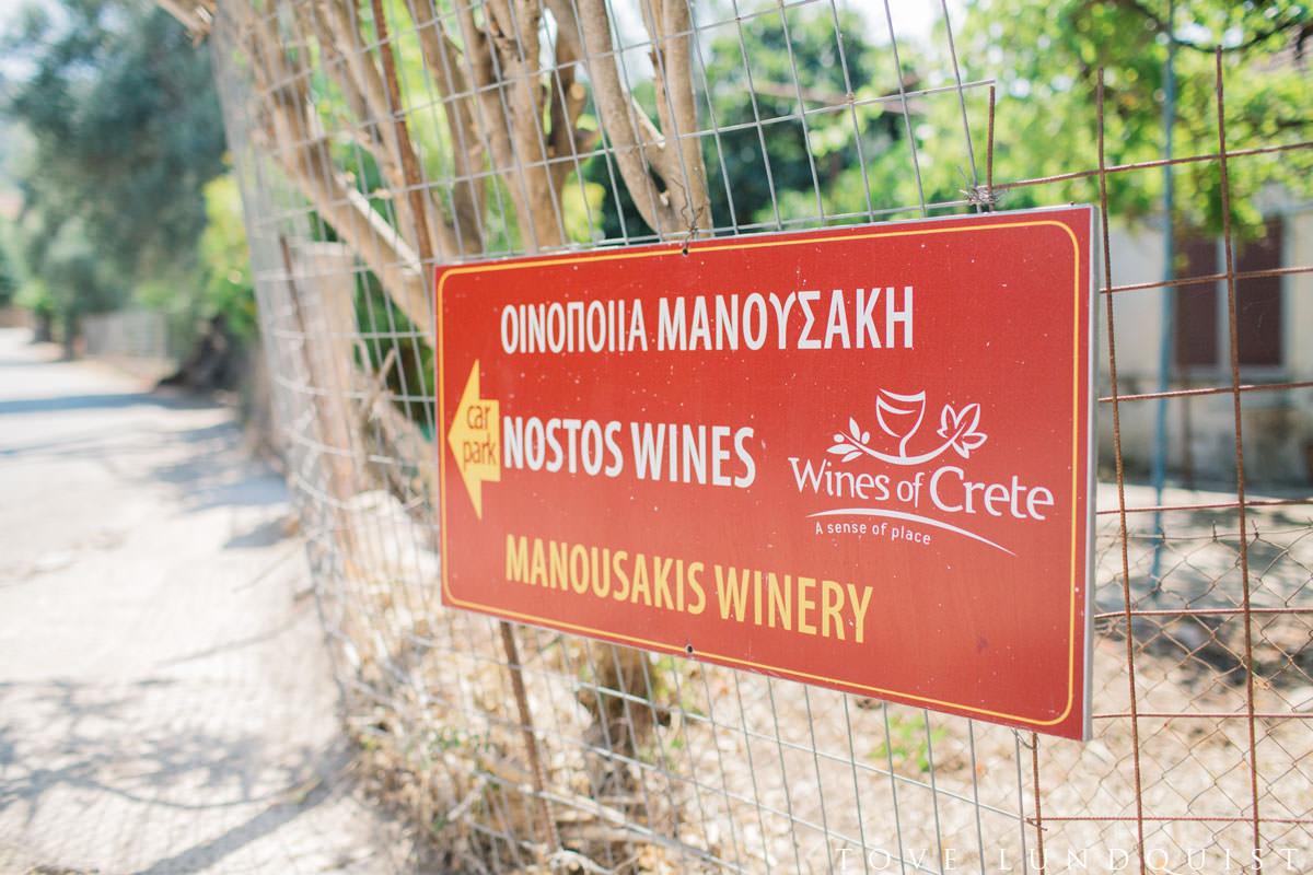 Skylt för parkering, Manousakis Winery utanför Chania, Kreta i Grekland. Foto: Tove Lundquist, Malmö.