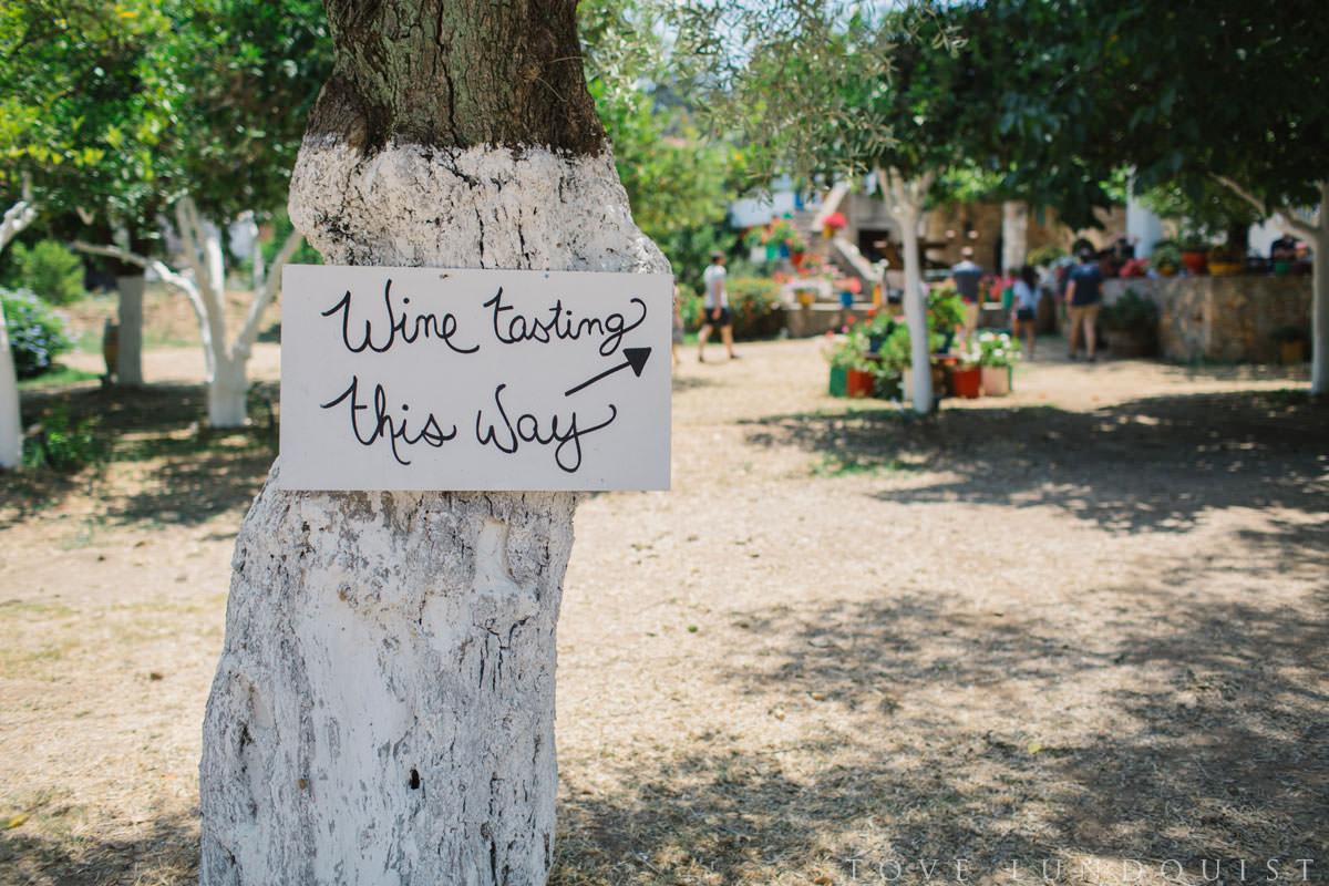 Skylt på Manousakis Winery i Chania, Kreta i Grekland. Fotograf är Tove Lundquist, bröllopsfotograf Malmö..
