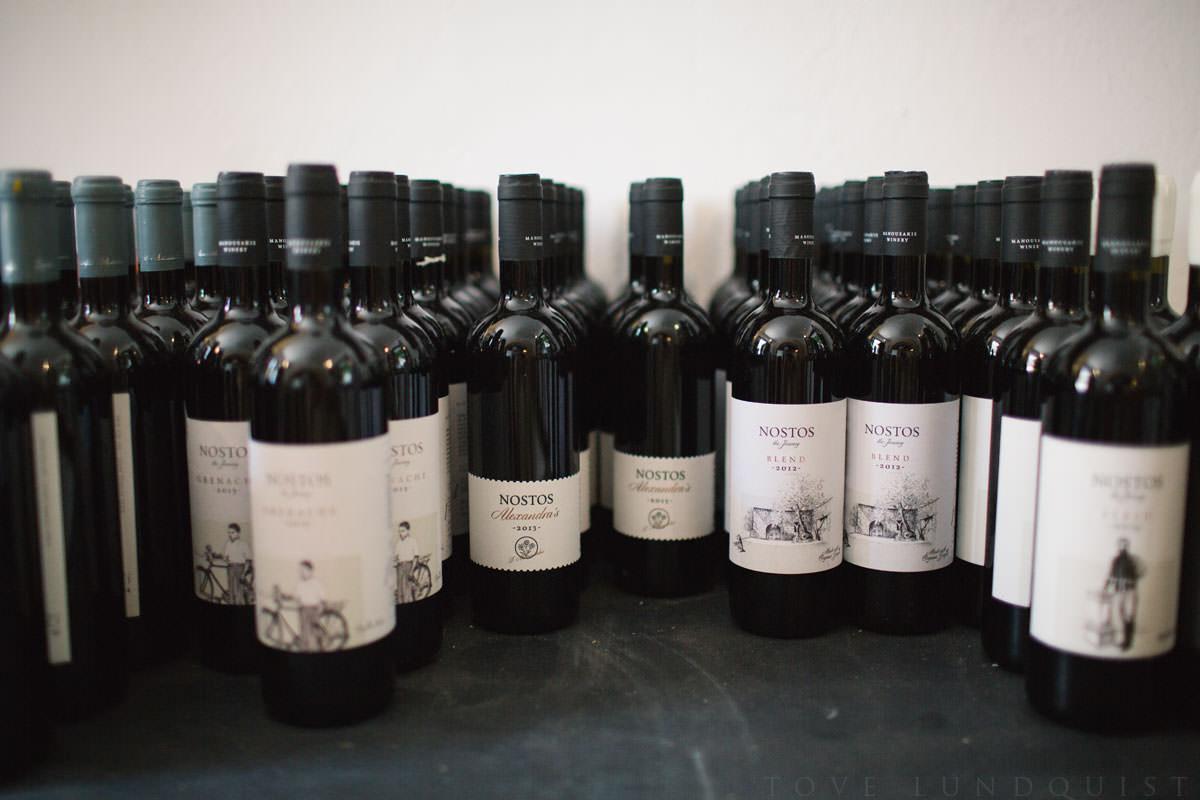 Ekologiska Nostos viner från Manousakis Winery, ekologiska viner från Chania - Kreta. Perfekt för ert bröllop - den ekologiska bröllopsmiddagen är räddad. Foto: Tove Lundquist, bröllopsfotograf Skåne Län.