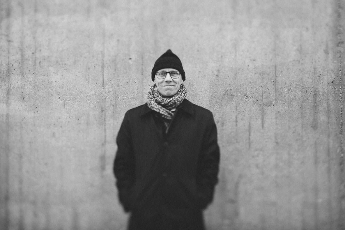 Svartvitt porträtt på man i Malmös stadsmiljö. företagsjobb av Tove Lundquist.