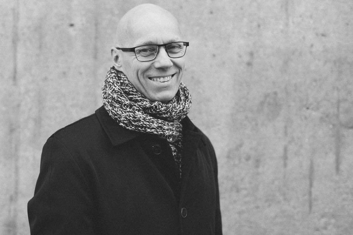 Svartvitt porträtt på man, Malmö. Foto: Tove Lundquist.