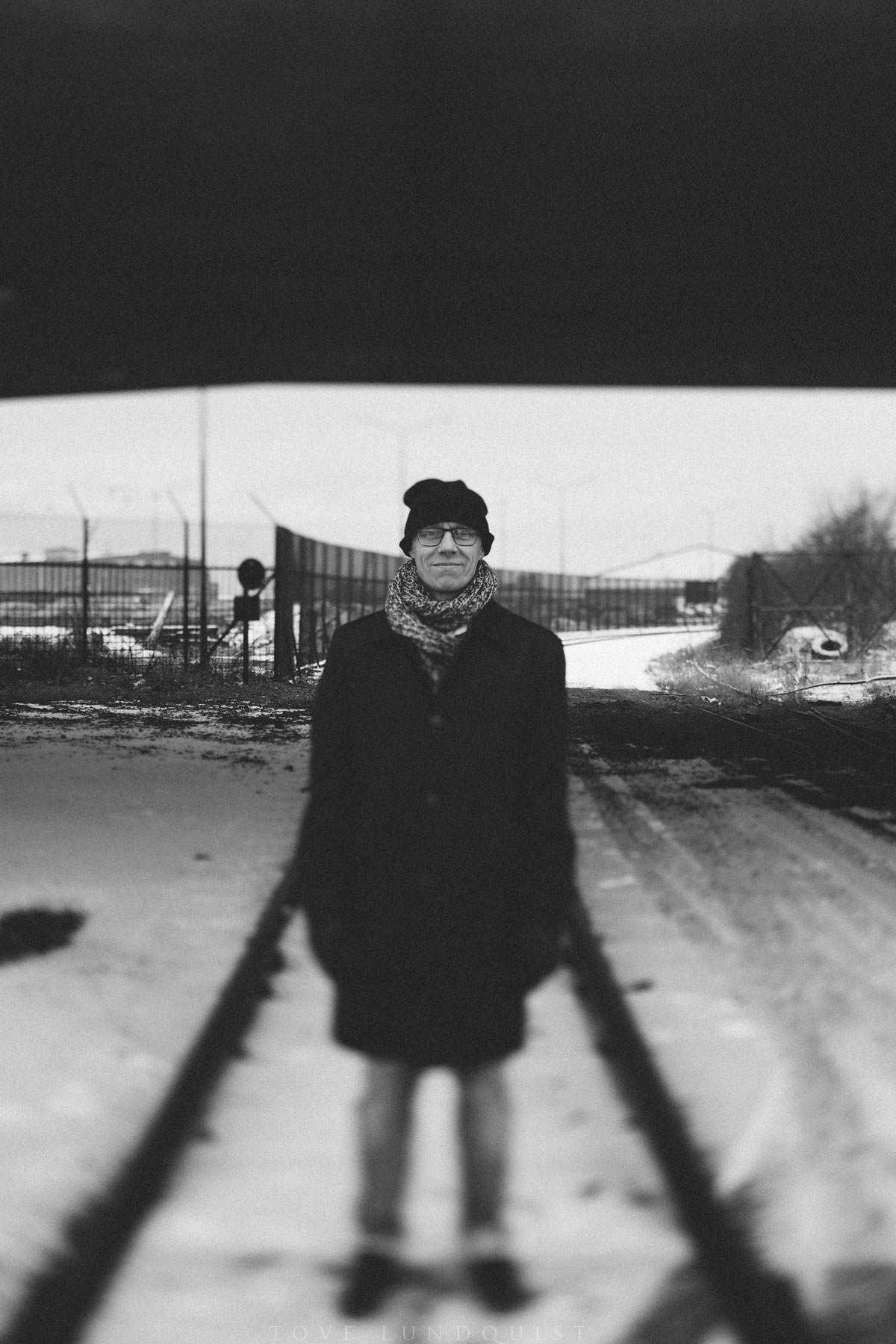 Svartvitt enskilt porträtt på man i stadsmiljö. Foto: Tove Lundquist, Malmö. Objektiv: Tilt-Shift.