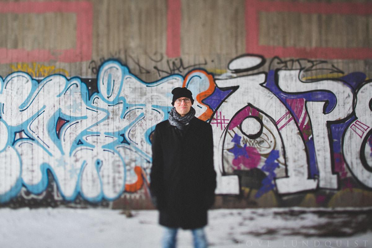 Tilt-Shift porträtt framför graffitivägg, Malmö. Foto: Tove Lundquist.