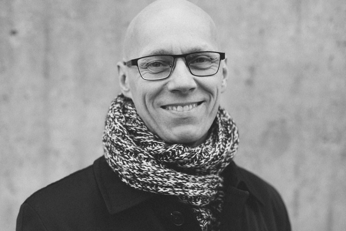 Svartvitt urbant porträtt i Malmö. företagsfotografering av Tove Lundquist.