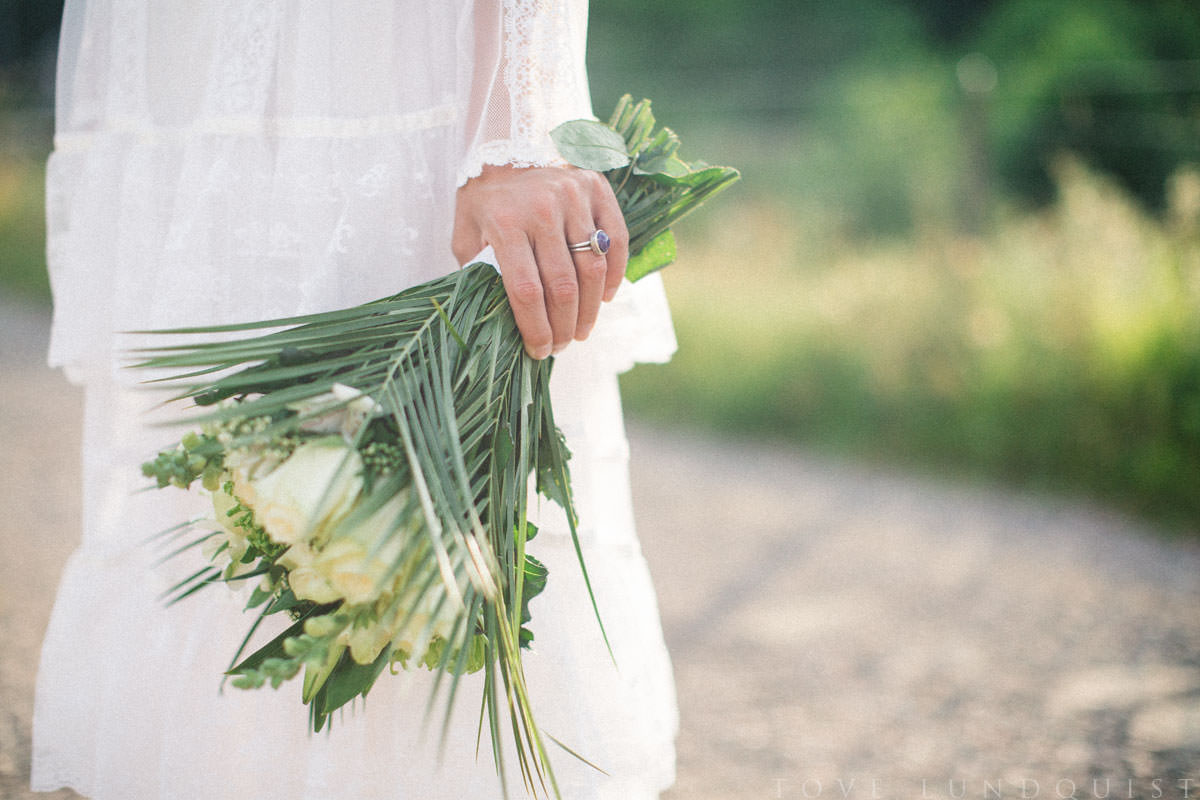 Ring från Stjernhem Design samt vintage bröllopsklänning från Second Hand. Foto: Tove Lundquist, bröllopsfotograf i Skåne Län.