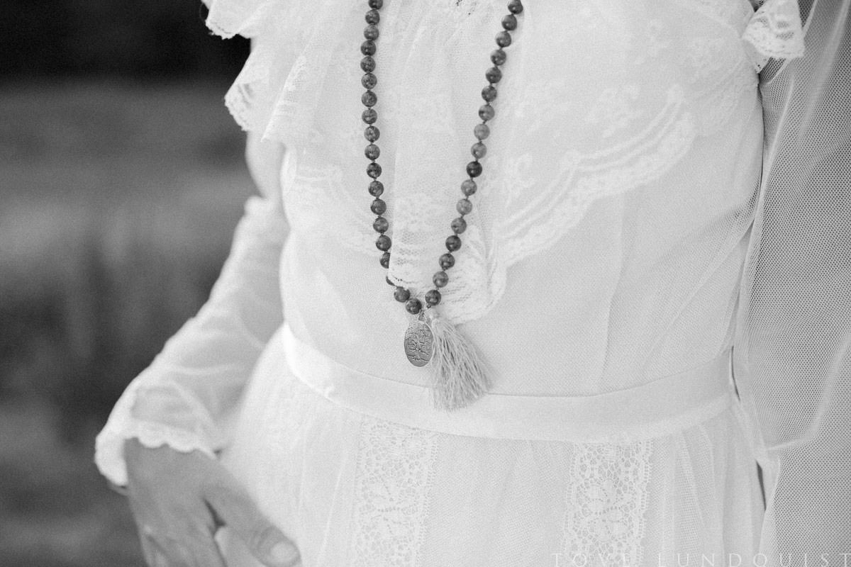 Svartvit bild på vintage brudklänning från en Second Hand affär i Malmö. Smycke från Stjernhem Design. Foto: Tove Lundquist, bröllopsfotograf i Skåne Län.