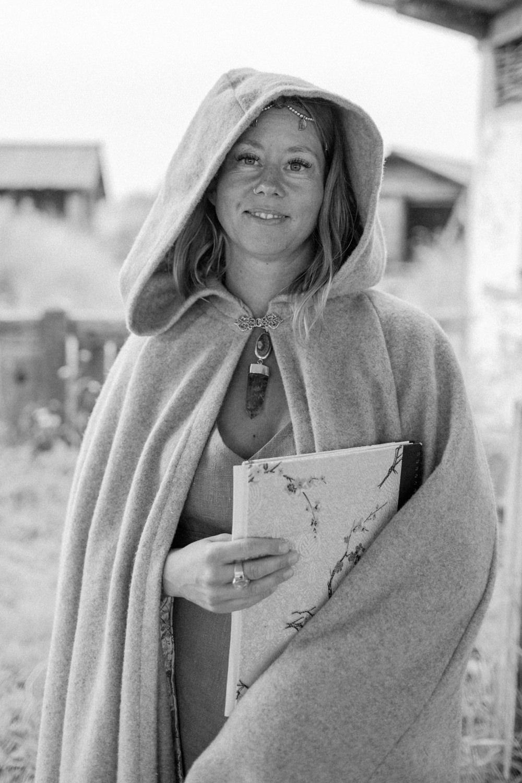 Vigselförrättare Johanna Stjerndahl under ett vikingabröllop på VikingaTider, Löddeköpinge.
