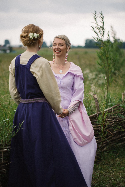 Brudporträtt - porträtt på brudpar under ett vikingabröllop på VikingaTider, Löddeköpinge. Bröllopsfotograf Tove Lundquist har fångat stunden.