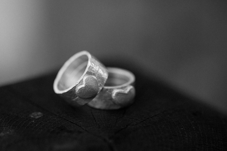 Svartvit bild på vigselringar i silver av Stjernhem Design. Ringarna är till ett brudpar som har ett vikingabröllop på VikingaTider.