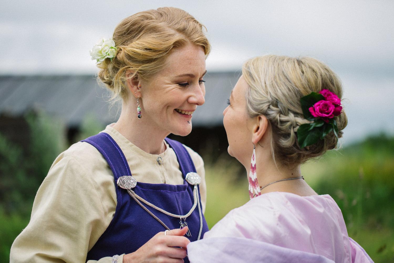 Brudporträtt - porträtt på brudpar under ett vikingabröllop på VikingaTider, Löddeköpinge. Foto: Tove Lundquist, bröllopsfotograf Skåne.