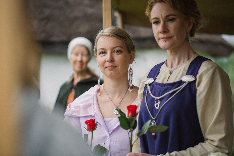 Vigselceremoni under ett vikingabröllop utomhus på VikingaTider som ligger i Löddeköpinge, Skåne.