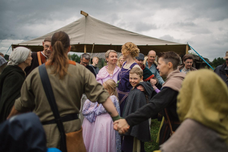 Dans under ett vikingabröllop utomhus på arkeologiska museumet VikingaTider, Löddeköpinge - Skåne.