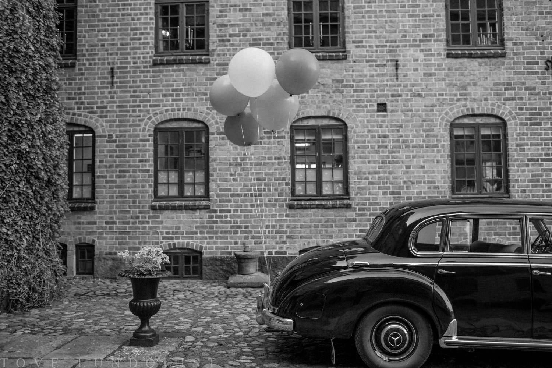 Bil med heliumballonger på Trolleholms slott, Skåne.