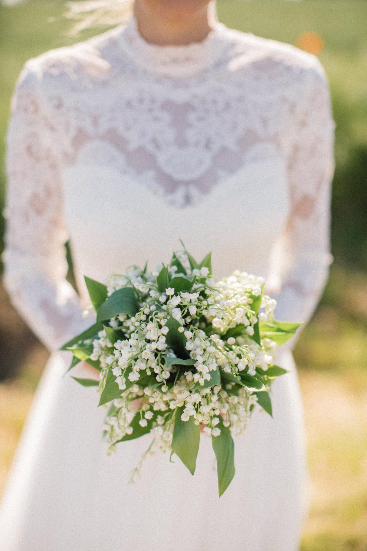 Brudklänningen kommer från Ida Sjöstedt Couture. Bröllop på Idala Gård utanför Trelleborg, Skåne. Brudbuketten kommer från floristen Anna Gouteva i Malmö. Fotograf är Tove Lundquist.