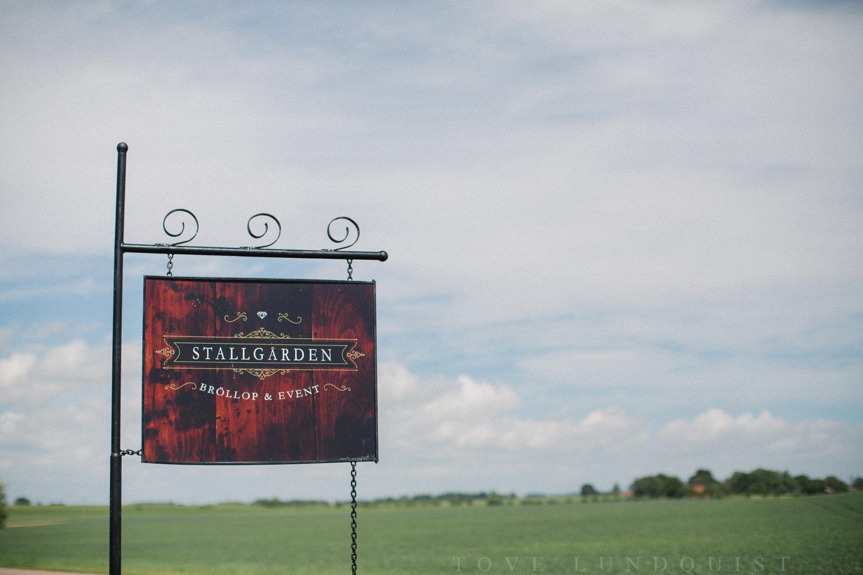 Utsidan av bröllopslokalen Stallgården, Vellinge. Foto: Tove Lundquist, bröllopsfotograf Malmö.