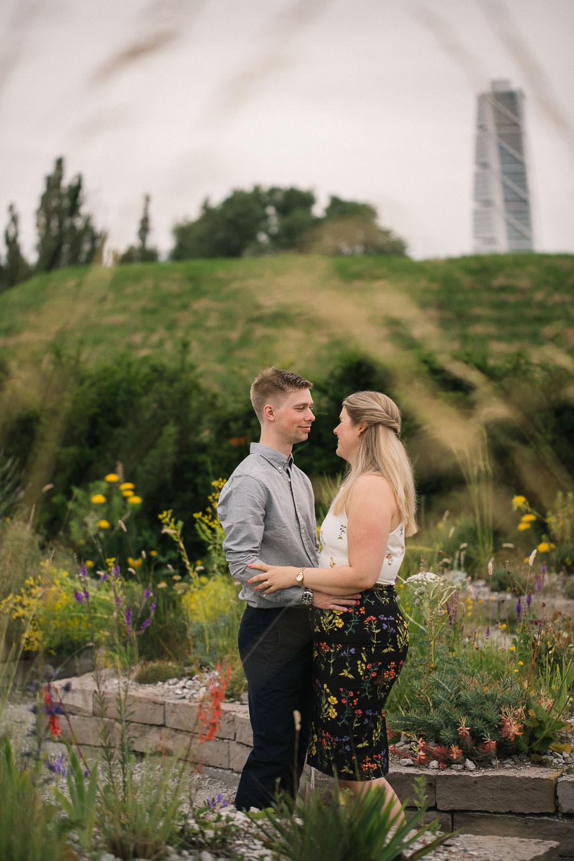 Bild i färg på förälskat par som skall gifta sig. I bakgrunden syns Turning Torso. Foto: Tove Lundquist, bröllopsfotograf i Malmö.