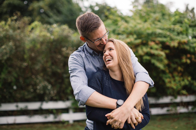 Kärleksfull bild på skrattande brudpar under deras provfotografering, Yngsjö i Skåne. Fotograf är Tove Lundquist.