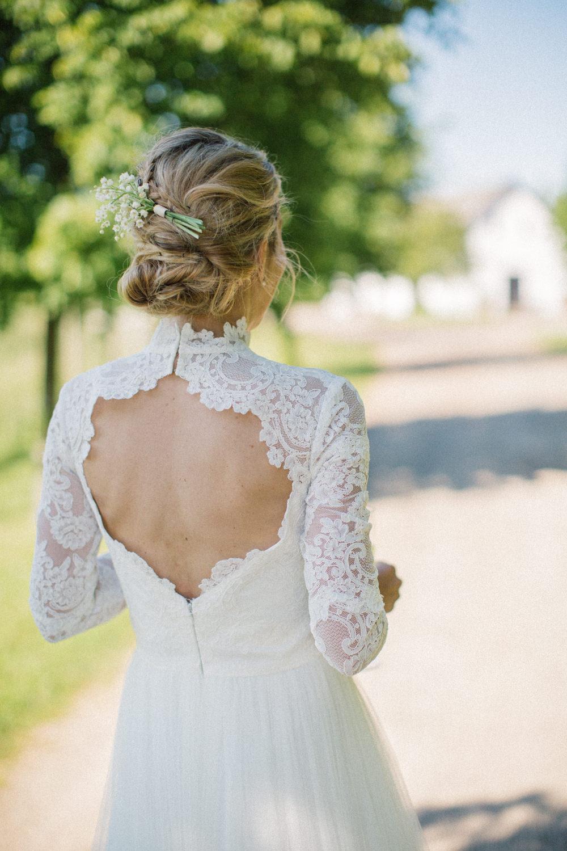 Brudklänningen kommer från Ida Sjöstedt Couture. Bröllop på Idala Gård utanför Trelleborg, Skåne. Blommor kommer från floristen Anna Gouteva i Malmö.