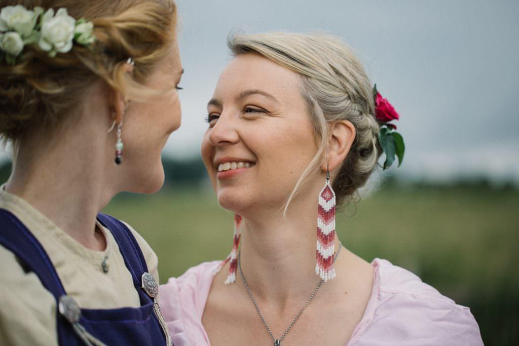 Vikingabröllop med gaypar utomhus på arkeologiska museumet VikingaTider, Löddeköpinge - Skåne.