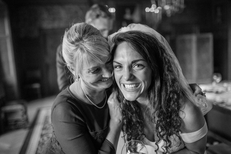 Ashley och Mia Ljungbäck under Ashleys bröllop på Trolleholms Slott.