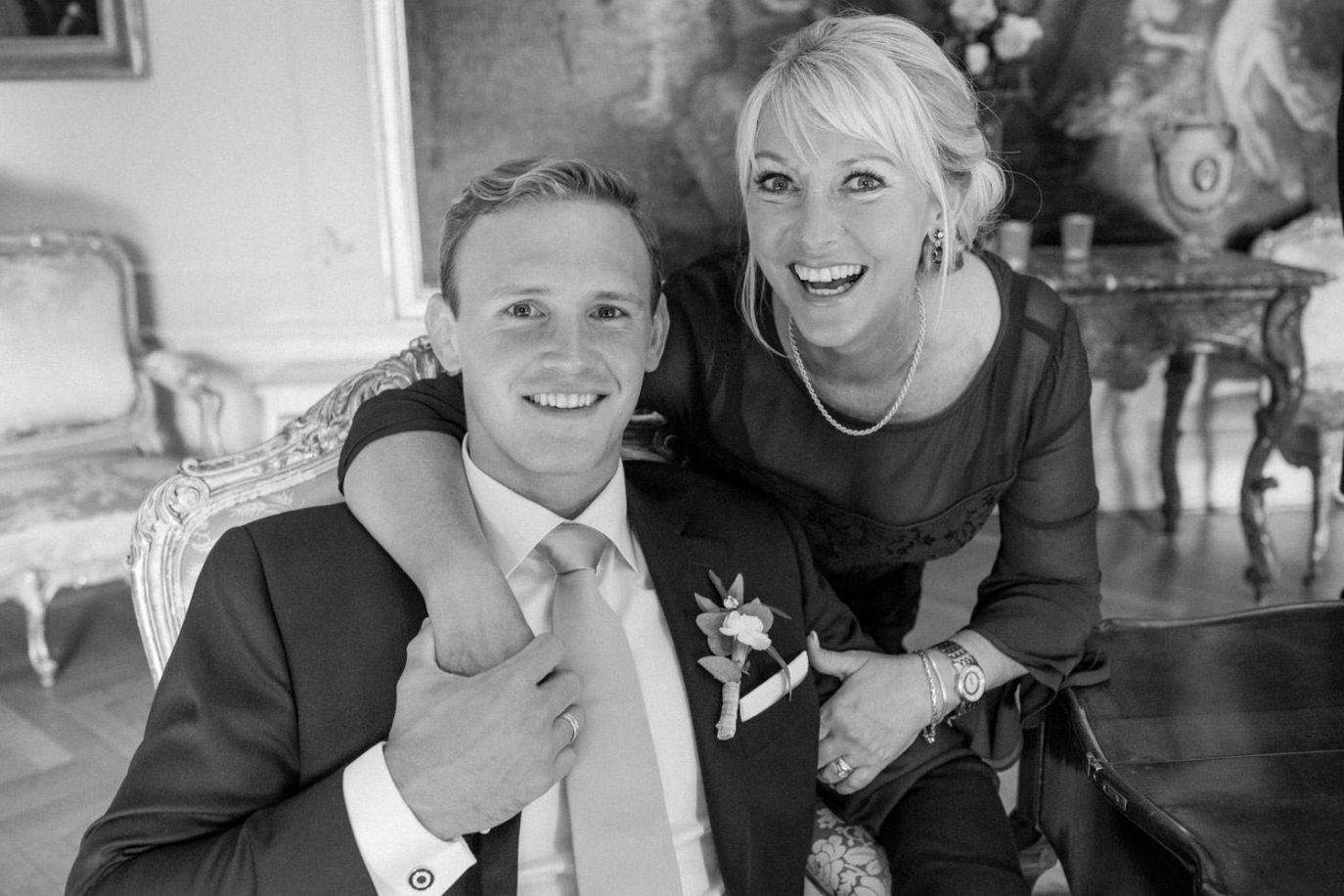 Poserande bröllopsporträtt inomhus på Trolleholms slott i Skåne.