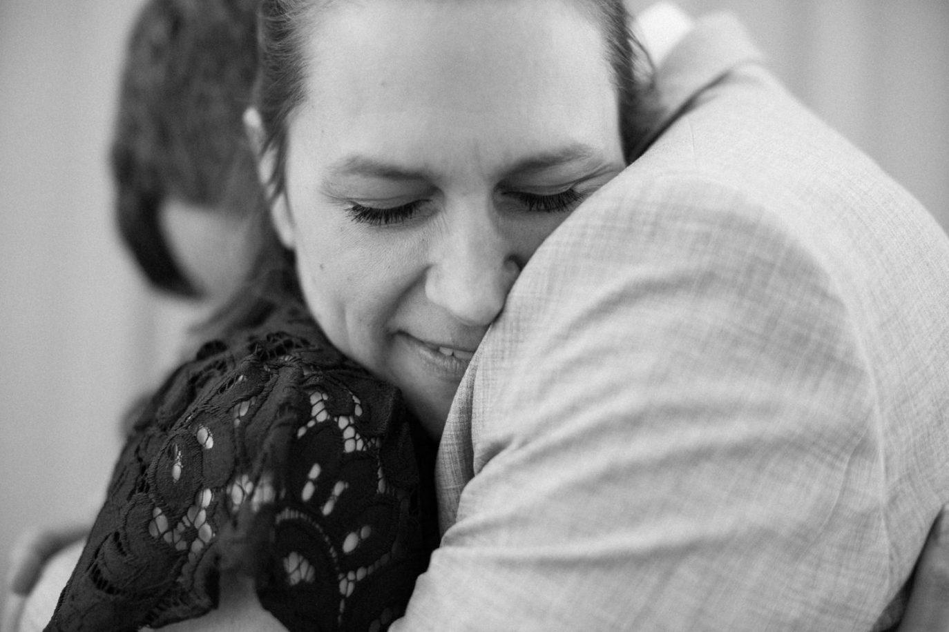 Svartvit bild på ett kärleksfullt och kramigt brudpar under deras provfotografering vid Sibbarps Camping i Malmö. Foto: Tove Lundquist, bröllopsfotograf i Malmö, Skåne.