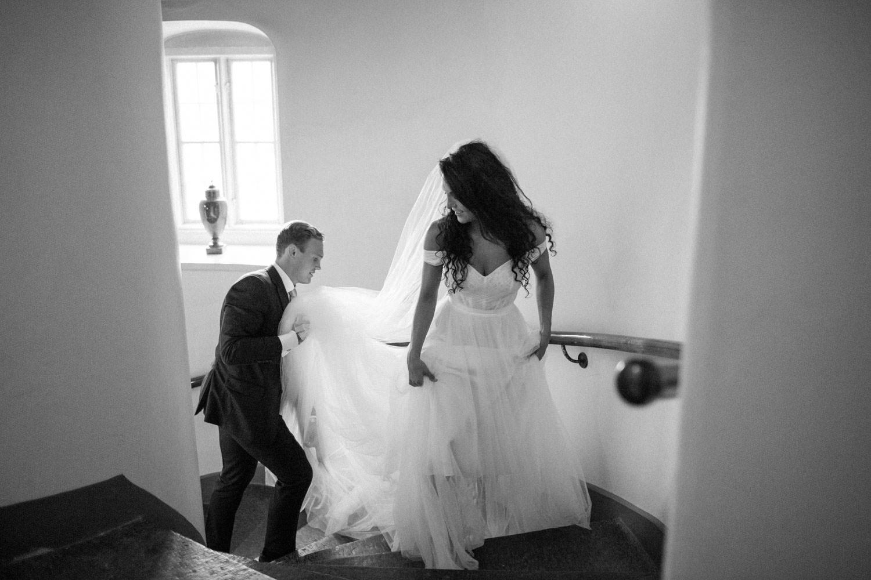 Svartvitt foto på brudpar som går i trappan på Trolleholms slott i Skåne.
