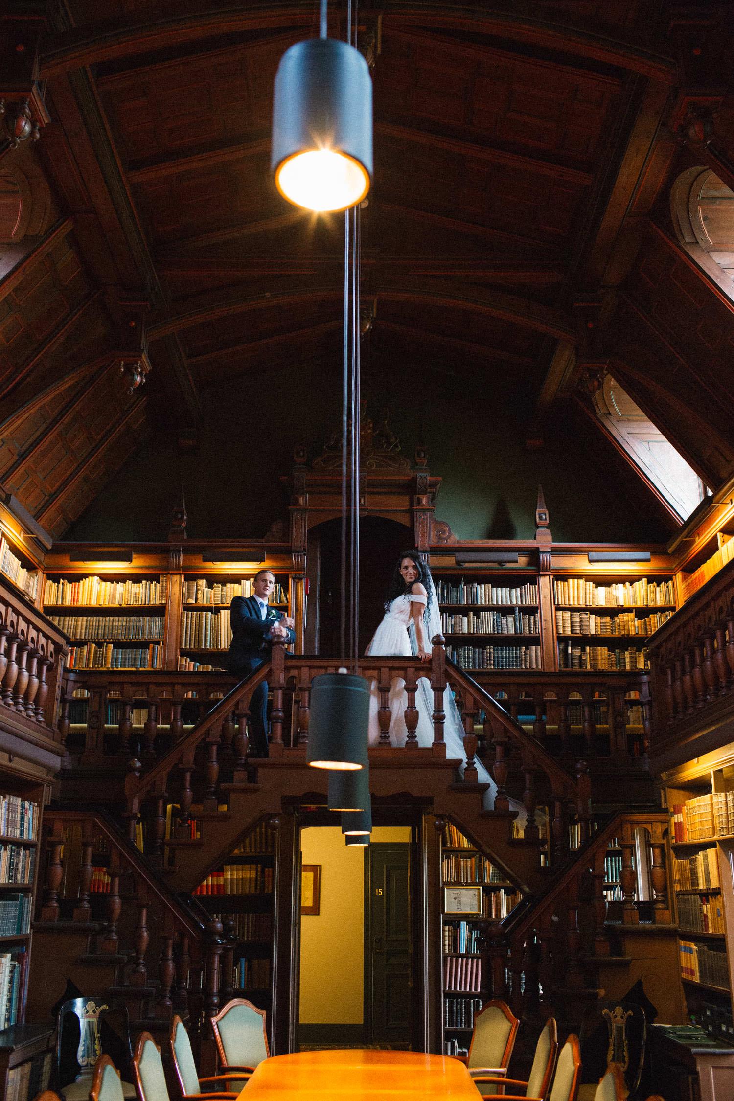 Bild på ett brudpar i det privata biblioteket på Trolleholms slott i Skåne