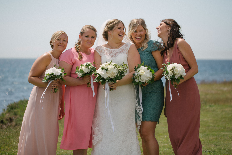Brud med sina brudtärnor, Smygehuk. Foto: Tove Lundquist, bröllopsfotograf i Skåne.