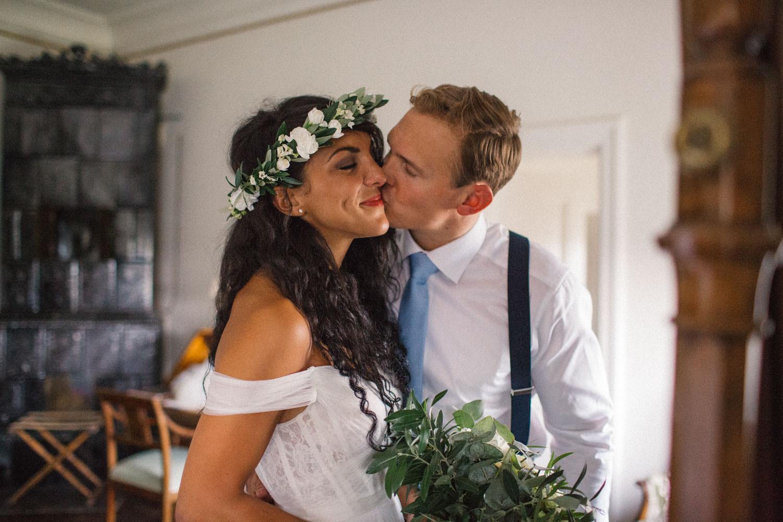 Brudpar i deras sovrum på Trolleholms slott i Skåne. Florist är Lilla Hult Blommor.