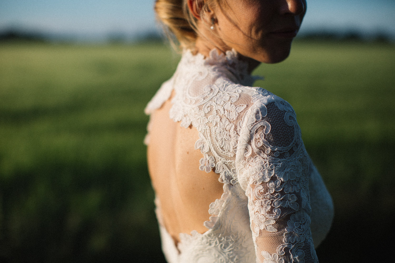 Brudporträtt i Golden Hour. Brudklänningen Eternity Dress kommer från Ida Sjöstedt Couture. Bröllop på Idala Gård utanför Trelleborg, Skåne. Fotograf är Tove Lundquist.