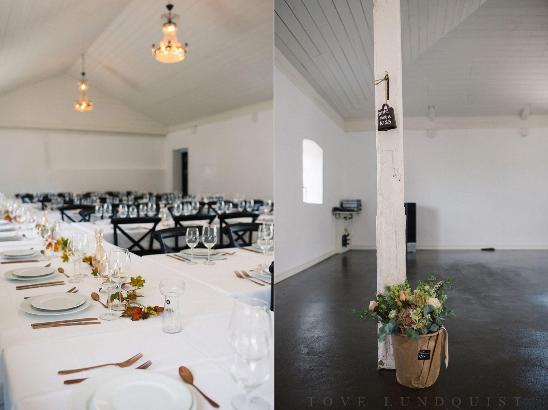 Bröllopsdukning i Stallet på Stallgården Vellinge bröllop. Foto: Tove Lundquist, bröllopsfotograf Vellinge.