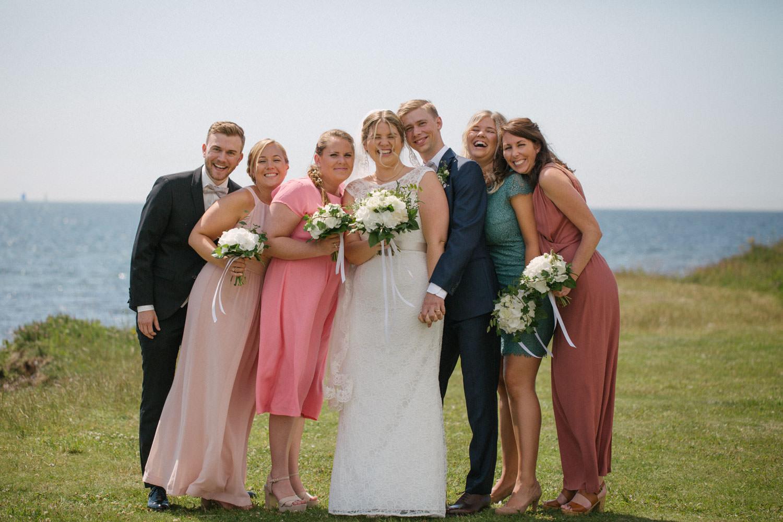 Brudpar med brudtärnor samt marskalk, Smygehuk. Foto: Tove Lundquist, bröllopsfotograf Smygehuk.
