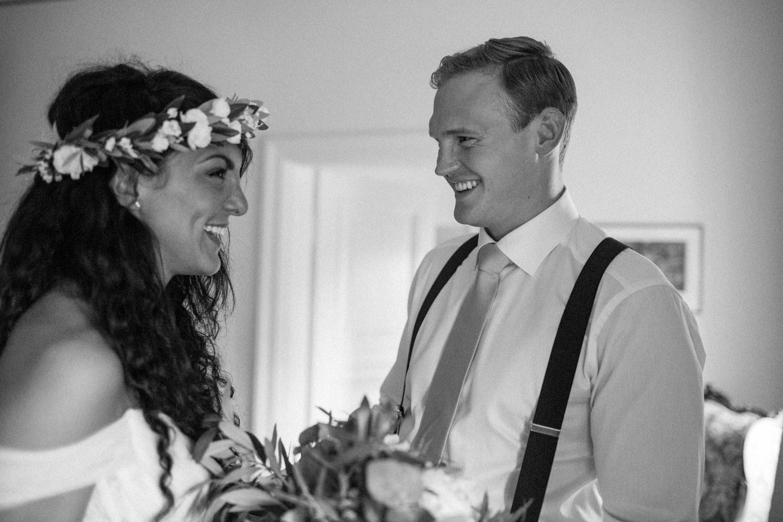 Brudpar i deras sovrum på Trolleholms slott i Skåne. Florist är Lilla Hult Blommor. Christoffers hängslen och slips kommer frånJohn Henric. Skjortan kommer från Eton. Ashleys brudklänning kommer från Mia Grace Bridal.