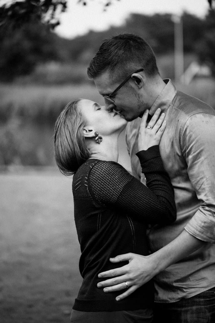Kärleksfull bild i svartvitt på ett kyssande brudpar under deras provfotografering, Yngsjö i Skåne. Fotograf är Tove Lundquist.
