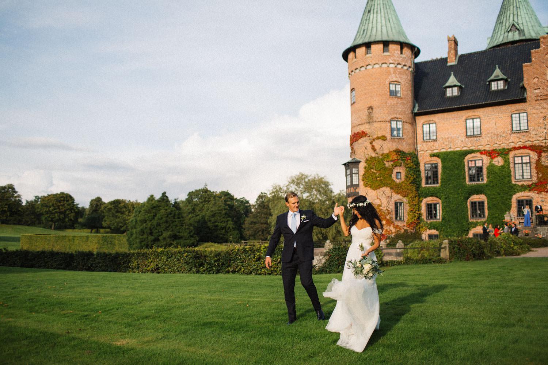 Brudpar går i Trolleholms slott trädgård, Skåne.