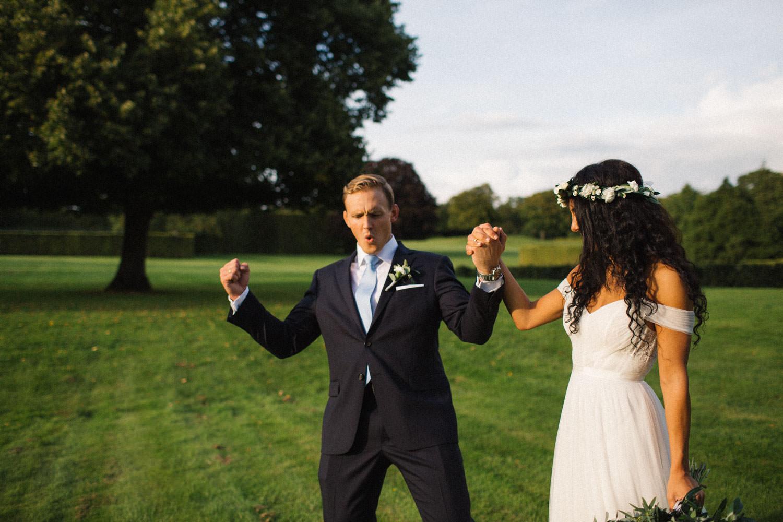 Brudpar Ashley och Christoffer Ljungbäck går i Trolleholms slott trädgård, Skåne.