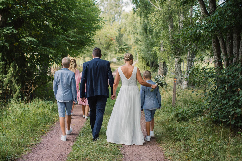 Busiga porträtt på familj före bröllop. Plats är Lövö utanför Mönsterås. Brudklänning från Sofia Moore, kostym från Dressmann. Brudgums skor från Din Sko, brud skor från Zalando. Pojkarnas kläder från HM, flickornas klänningar från Sofia Moore. Barnens skor från Skopunkten.